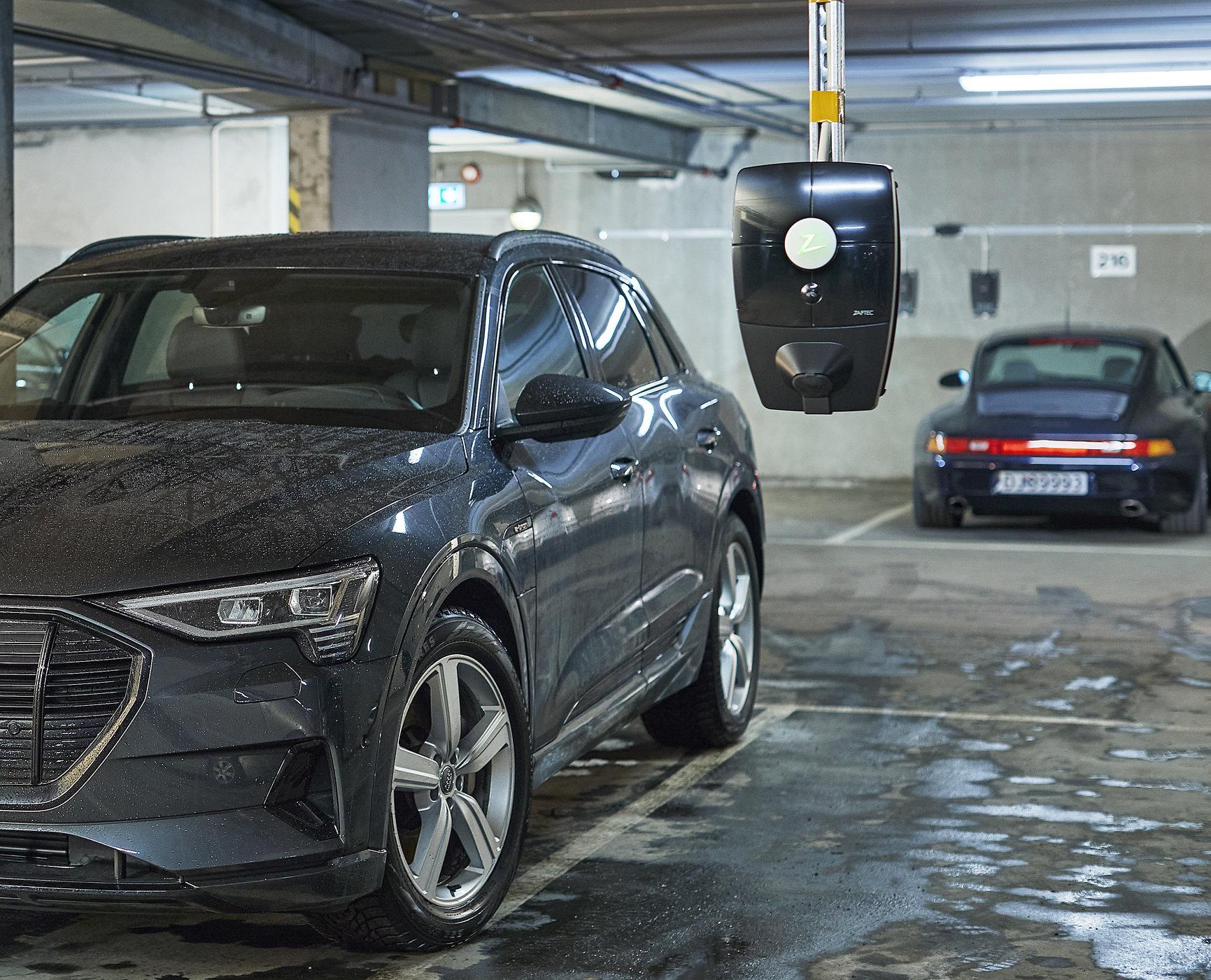 Bil som står parkert i en garasje med en elbil ladeboks fra Ladeklar